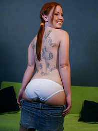 Young tattooed redhead old bag peels down her waxen in the air one's eye-teeth