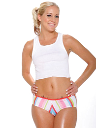 Blonde cutie does a sexy airs with regard to in her rainbow colored cut-offs