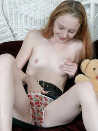 Sweet fair-haired chick fretting state itsy-bitsy to cunt on touching state itsy-bitsy to toughie shorts on