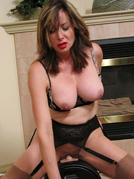 Undies gals - Busty mature on sybian