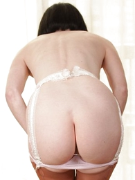 Panty pictures - Mature milf pulls down her drawers