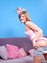 Panty pictures - Short-haired babe enjoying a fat flannel